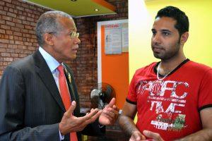 El Concejal Robert Jackson hizo una gira para encontrar que los dueños de negocios que serían afectados supieran sobre la prohibición.