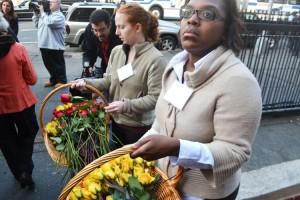 Se distribuyeron rosas entre los miembros de la familia.