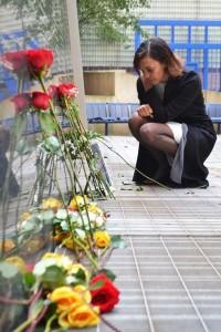 Belkis Lora honra a su hermano, José Francisco Lora, en el 'Memorial Plaza' en el Colegio Comunal Hostos.