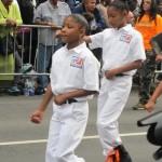 El desfile presentó bandas de música y atletas jóvenes.