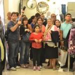 Cientos de fanaticos esperaron ver a Thalia. Foto: R. Kilmer