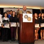 Los estudiantes fueron premiados con becas; Sen. Skelos está en el centro. Foto: QPHOTONYC
