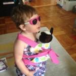 Hasta la hija de Figueroa-Levin practica en portar al bebé.
