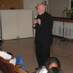 Monseñor Kevin Sullivan de Catholic Charities Communities Services.