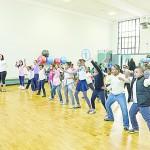 Estudiantes locales participaron en una clase de acondicionamiento físico gratuita. Foto: Daniel Avila / NYC Parks