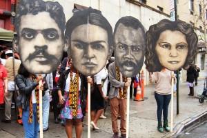"""Un nuevo hogar para la cultura se establecerá en el Este de Harlem. Marionetas gigantes 'Bunrakju' representan, de izquierda a derecha, Arturo Alfonso Schomburg, Frida Kahlo, Marcus Garvey, y Julia De Burgos. Figuras por Adrian """"Viajero"""" Roman Foto: Edwin Pagan"""