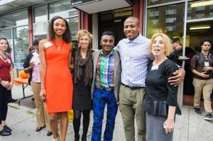 De izquierda a derecha: Helene Abiola, defensora de Alimentos Saludables Comunitarios de WHGA; Colleen Flynn, directora en LISC; Marcus Samuelsson, chef/restaurantero; Jeremy Abolade, coordinador de LISC AmeriCorps Food Access Outreach y Deborah Pollock, directora de servicios sociales en WHGA.