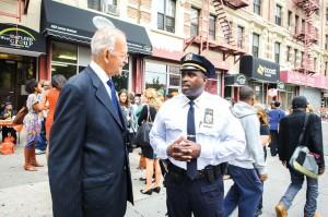 """El asambleísta Herman """"Denny"""" Farrell (a la izquierda) con el inspector adjunto de la comisaría 32, Michael A. Davidson."""