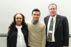 Jean-Franco Díaz con su madre, Pilar Mota, y Ross Frommer de CUMC.
