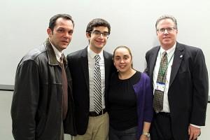 Carlos Morales con sus padres, Carlos Morales Sr. y Gladys Fernández, y Frommer.