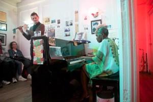 Eliot, derecha, toca con el saxofonista tenor Sedric Shukroon.
