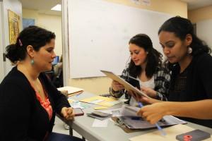 Lora (a la izquierda) prepara su solicitud durante el primer jueves de ciudadanía.