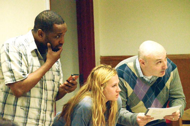 De izquierda a derecha: Michael Hagins como Petruchio, Liane Pippin como Grumio, y Bryan L. Cohen como Hortensio.