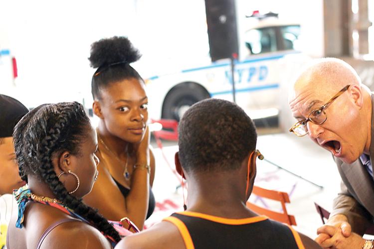 Brian Ricklin, director ejecutivo de CAW (extrema derecha), habla con los artistas.