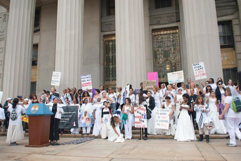Manifestantes se reúnen en el Tribunal del Condado del Bronx.