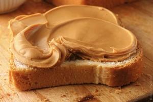 La mantequilla de maní ofrece proteínas.