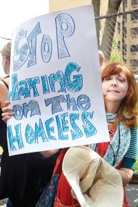 """""""El alcalde y la policía están criminalizando las personas sin hogar"""", dijo Maurine Silverman."""