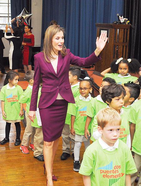 La reina Letizia de España visitó la Escuela Primaria Dos Puentes, al norte del condado, en septiembre de 2014 para celebrar a los programas duales.