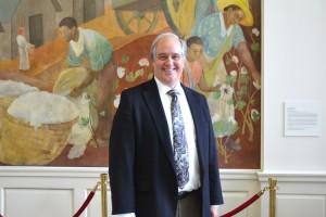 """""""Usted tiene la responsabilidad social de retribuir"""", dijo el Dr. Richard Olds, el presidente Universidad de St. George."""