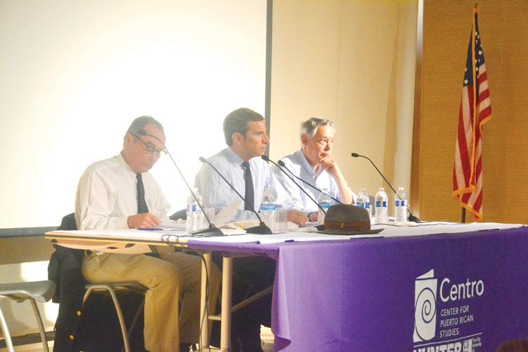 Desde la izquierda: los panelistas Dennis Rivera de SEIU, Antonio Weiss y el columnista Juan González.