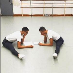 Los gemelos trabajan en su rutina de estiramiento en la Escuela de Artes de Harlem.