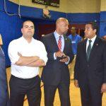 Desde la izquierda: el asambleísta Marcos Crespo, presidente del Partido Demócrata del Bronx; el presidente del condado del Bronx, Rubén Díaz, Jr., y el asambleísta Robert Rodríguez, esperan y observan en la fiesta de Wright.