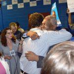 Wright abraza a un partidario.