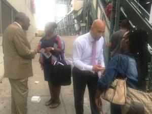 Wright (a la izquierda) y Díaz entablan conversación con los residentes. Foto: E. Cuello