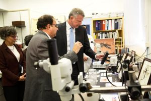 Mayor Bill de Blasio tours a city health lab to inspect Zika virus prevention efforts in April 2016. Photo: NYC Mayor's Office