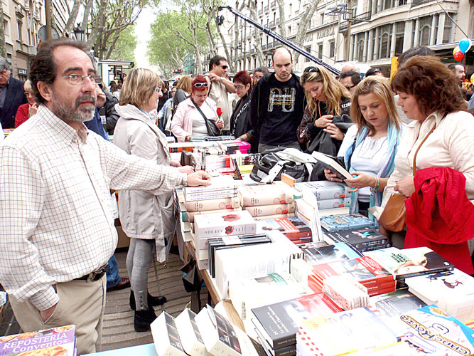 More than 4 million roses and half a million books are sold in Catalonia on average.