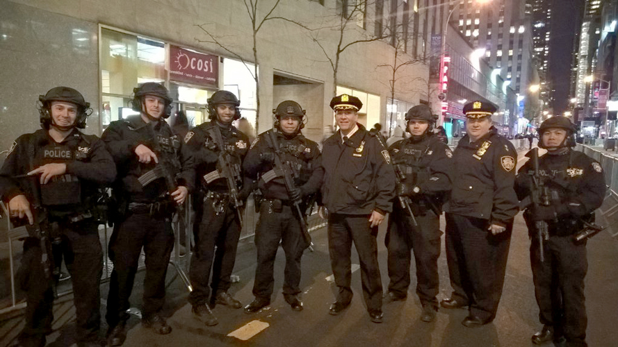 Gómez posed with officers during the Thanksgiving Day Parade.