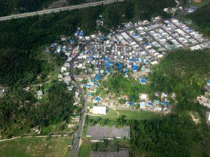 Se han instalado más de 33,566 techos azules temporales. Foto: Andrew Yoder