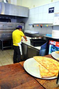 El pedazo sencillo de queso es el artículo más popular en el menú de Pie Pie Pizza; solo cuesta un dólar cada uno.