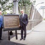 En el corte de cinta del puente Denny Farrell en Manhattan.