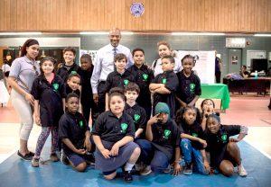El director ejecutivo de PAL, Frederick Watts, se reúne con niños y personal del Centro PAL Harlem Center.