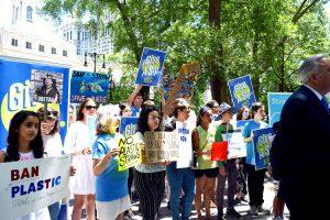 Los activistas se reunieron en el Ayuntamiento.