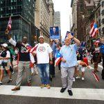 El contralor estatal Tom DiNapoli (derecha) marcha con el asambleísta Michael Blake (izquierda) y el presidente de DC37 Henry Garrido (centro).