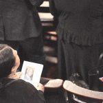 Un doliente en la Iglesia de la Intercesión.