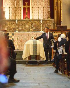 El congresista Adriano Espaillat rinde sus últimos respetos.