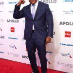 El hombre de las damas, LL Cool J, llega a la alfombra.