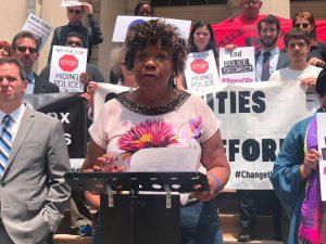 """""""Debemos despedir a Pantaleo y derogar la 50-a"""", dijo Gwen Carr, madre de Eric Garner."""
