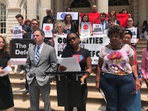 """""""El gobierno del estado de Nueva York debe derogar la 50-a"""", dijo Monifa Bandele (al centro)."""