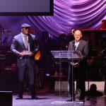 Scott Greenstein de SiriusXM's (a la derecha)fue reconocido.
