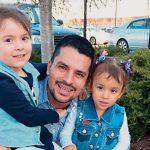 Pablo Villavicencio, aquí con sus hijas, ha sido detenido por el ICE.