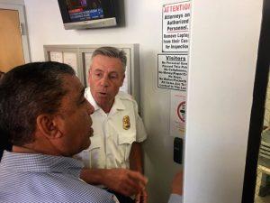 El representante Adriano Espaillat espera para ingresar al centro de detención.