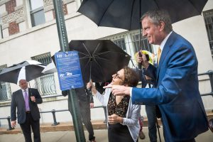 De Blasio and Trottenberg inspect parking space reserved for carshare vehicle. Photo: NYC Mayoral Office | Ed Reed
