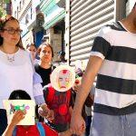 Los niños separados de sus familias llegan a la ciudad.