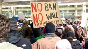 Los defensores han protestado por la prohibición de viaje.
