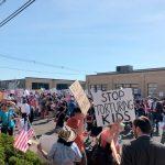 Los manifestantes se reunieron afuera.