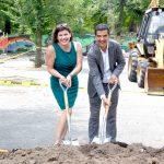 """""""Una nueva entrada a Fort Tryon Park"""", así es cómo la administradora de Parques, Jennifer Hoppa,describió el parque infantil; aquí con el concejal Ydanis Rodríguez."""
